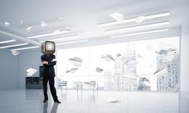 Homme d'affaires avec une vieille TV au lieu de tête Photo stock