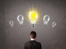 Homme d'affaires ayant un concept d'ampoule d'idée Image libre de droits