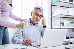 Homme d'affaires ayant un mal de tête Photographie stock libre de droits