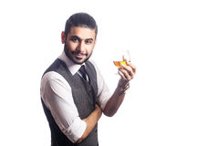 Homme d'affaires barbu bel tenant un verre de whiskey photos stock