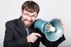 Homme d'affaires barbu hurlant par le corne de brume Relations publiques l'homme exprime de diverses émotions photos des jeunes Images libres de droits