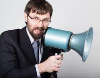 Homme d'affaires barbu hurlant par le corne de brume Relations publiques l'homme exprime de diverses émotions photos des jeunes Photos stock