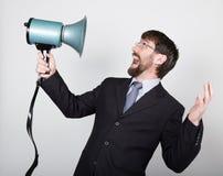 Homme d'affaires barbu hurlant par le corne de brume Relations publiques l'homme exprime de diverses émotions photos des jeunes Photo stock