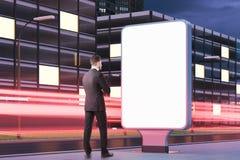 Homme d'affaires barbu songeur regardant le panneau d'affichage images libres de droits