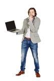 Homme d'affaires barbu tenant et montrant un ordinateur portable photos stock