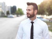 Homme d'affaires bel amical et souriant photographie stock libre de droits