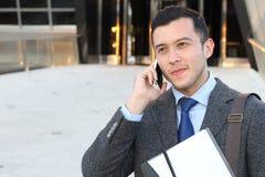 Homme d'affaires bel appelant par le téléphone avec l'espace de copie Images stock