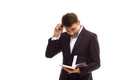 Homme d'affaires bel avec le journal intime Image stock
