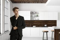 Homme d'affaires bel dans l'intérieur moderne de cuisine Image libre de droits