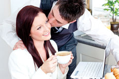 Homme d'affaires bel embrassant sa amie intelligente Image stock