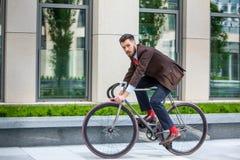 Homme d'affaires bel et sa bicyclette photos stock