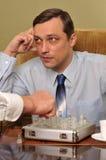 Homme d'affaires bel jouant aux échecs Photographie stock libre de droits