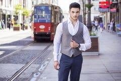 Homme d'affaires bel marchant par la ville Photo stock