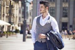 Homme d'affaires bel marchant par la ville Photos libres de droits