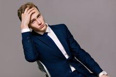 Homme d'affaires bel modèle dans un costume photo stock