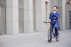 Homme d'affaires bel montant sa bicyclette Photos libres de droits