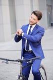 Homme d'affaires bel montant sa bicyclette Photo libre de droits