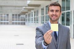 Homme d'affaires bel montrant une note avec l'espace pour la copie Photo libre de droits