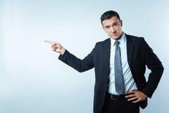 Homme d'affaires bel sérieux vous regardant Photographie stock libre de droits