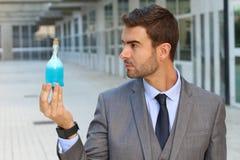 Homme d'affaires bel tenant un breuvage magique Photos libres de droits
