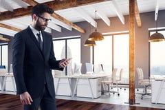 Homme d'affaires bel utilisant le smartphone Image stock