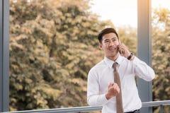 Homme d'affaires bel utilisant un téléphone portable avec célébrer son s photos stock
