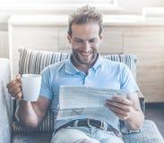 Homme d'affaires blanc Rest sur Sofa Reading Newspaper photo libre de droits
