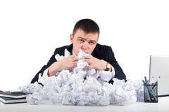 Homme d'affaires bouleversé avec le papier chiffonné dans le bureau d'isolement sur le blanc Photo libre de droits