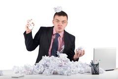 Homme d'affaires bouleversé avec le papier chiffonné dans le bureau d'isolement sur le fond blanc Image stock
