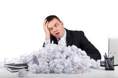 Homme d'affaires bouleversé avec le papier chiffonné dans le bureau d'isolement sur le fond blanc Photographie stock