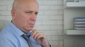 Homme d'affaires bouleversé et nerveux Portrait Having un regard très mauvais et inquiété image libre de droits