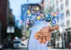 homme d'affaires (brouillé) avec la diffusion de main avec des icônes et du monde d'application Backgrou brouillé de rue Photographie stock