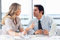 Homme d'affaires And Businesswoman Meeting dans le bureau photos libres de droits