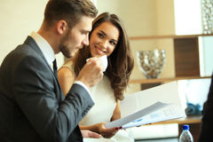 Homme d'affaires And Businesswoman Meeting dans le café image stock