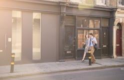 Homme d'affaires And Businesswoman Walk à travailler par la rue de ville images stock