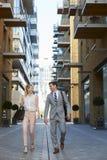 Homme d'affaires And Businesswoman Walk à travailler par la rue de ville photo stock