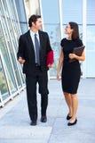 Homme d'affaires And Businesswomen Walking en dehors de bureau photos stock