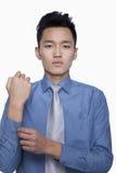 Homme d'affaires Buttoning His Sleeve, tir de studio photo stock