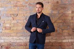 Homme d'affaires Buttoning Suit Jacket photographie stock