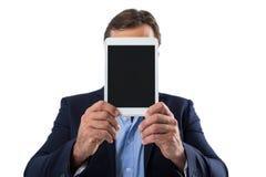Homme d'affaires cachant son visage derrière le comprimé numérique photographie stock