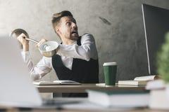 Homme d'affaires cassant l'écran d'ordinateur Photo stock