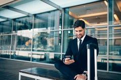 Homme d'affaires caucasien attendant dans le terminal d'aéroport Image libre de droits