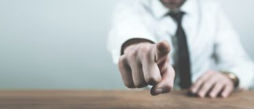 Homme d'affaires caucasien dirigeant le doigt à vous image stock