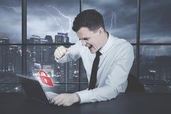 Homme d'affaires caucasien fâché au-dessus de compte entaillé images libres de droits