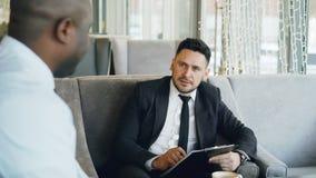 Homme d'affaires caucasien heureux riant, gesticulant et discutant son projet de démarrage avec l'associé tandis que banque de vidéos