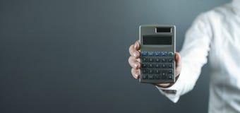 Homme d'affaires caucasien montrant la calculatrice photographie stock libre de droits
