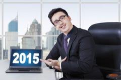 Homme d'affaires caucasien montrant le numéro 2015 Images stock