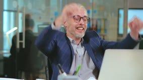 Homme d'affaires caucasien satisfait du travail de finition banque de vidéos