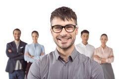 Homme d'affaires caucasien se tenant devant ses collègues d'isolement sur le blanc Image libre de droits