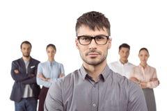 Homme d'affaires caucasien se tenant devant ses collègues d'isolement sur le blanc Images libres de droits